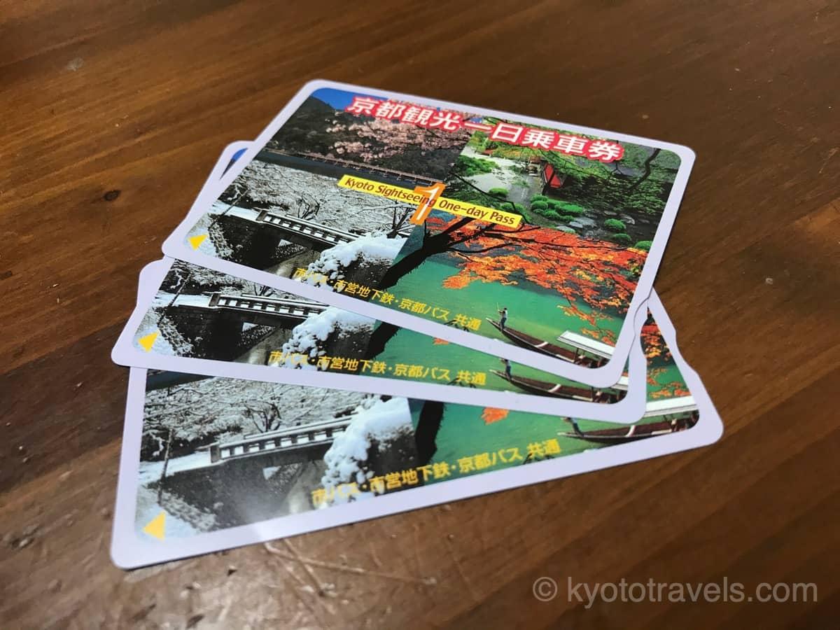 京都観光1日乗車券が4枚木製のテーブルに置かれています