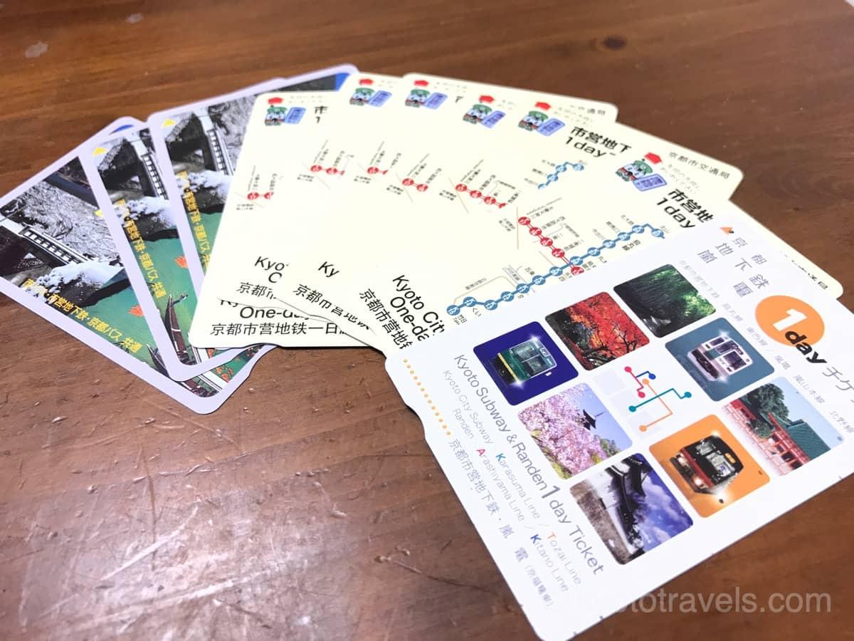 京都の1日乗車券が木製のテーブルの上に置かれています