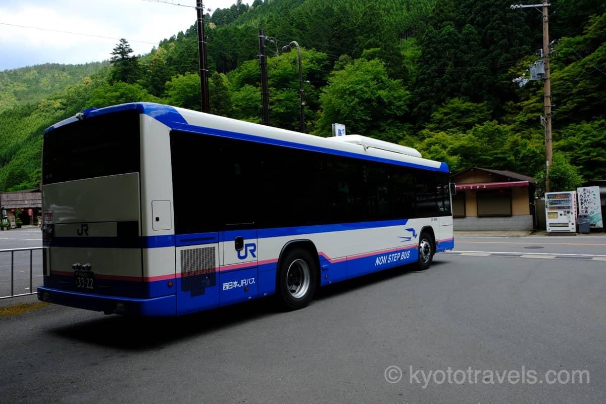 青い車体のJR西日本バスを斜め後ろからみたところ