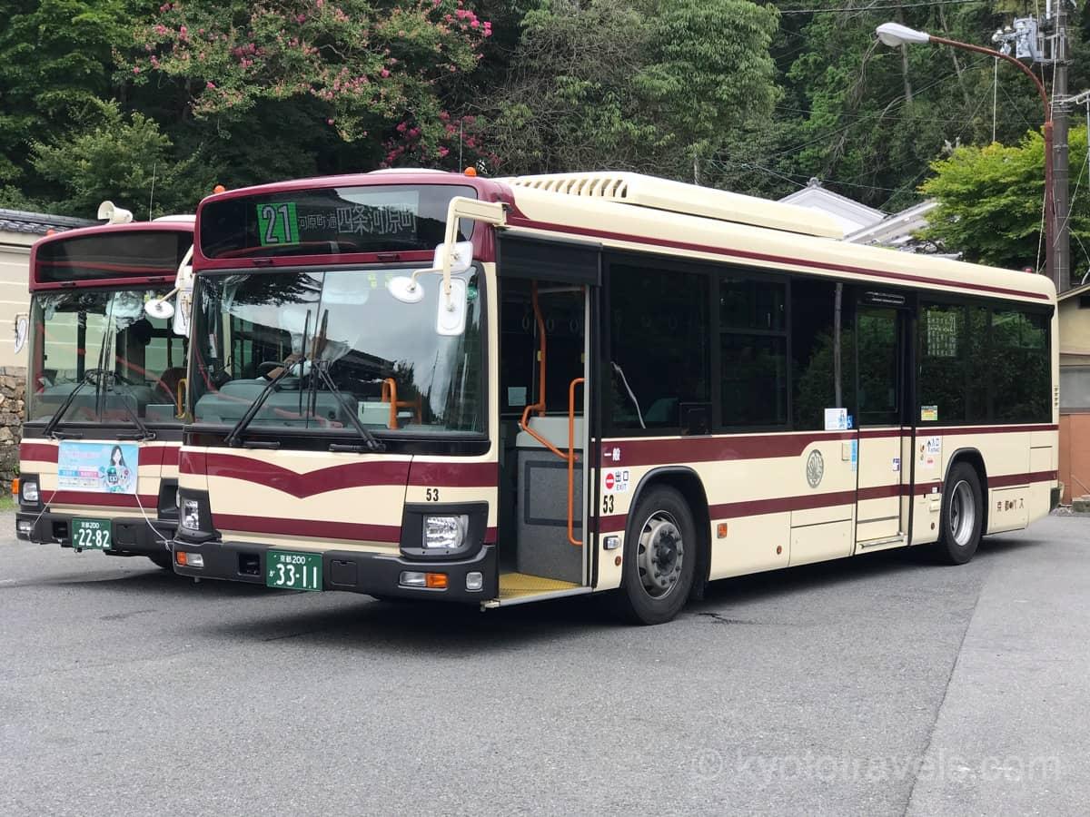 肌色の京都バスが2台並んで停車しています