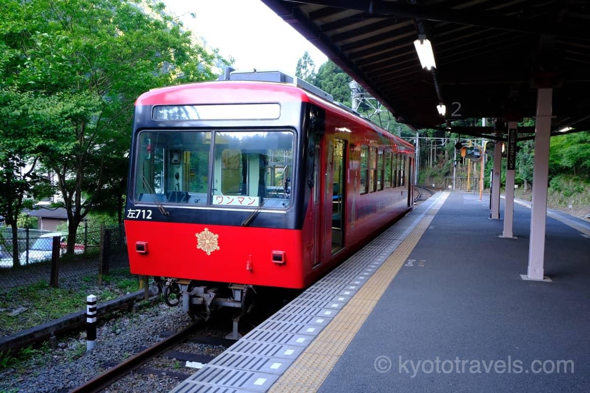 叡山電車の赤い車両が鞍馬駅に停車しています。