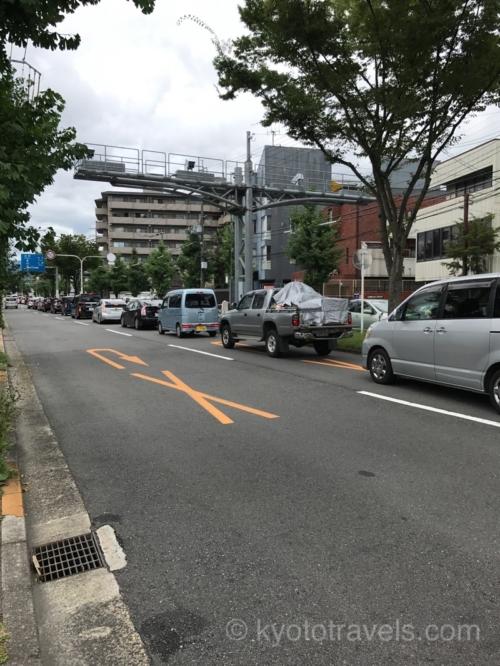 右折待ちで右車線が渋滞しています