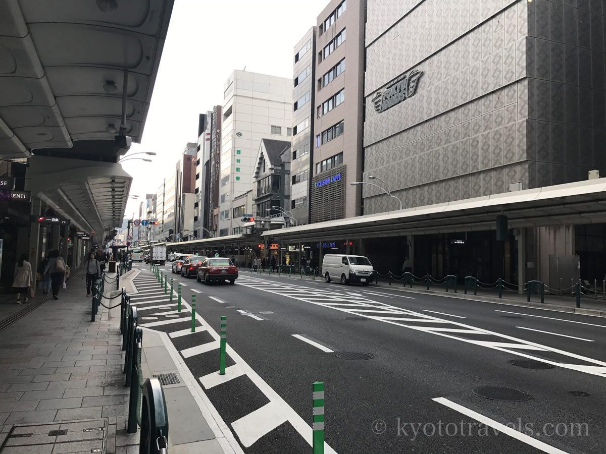 早朝で車通りの少ない四条通