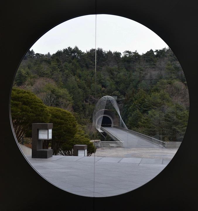 美術館入り口からトンネルを眺める