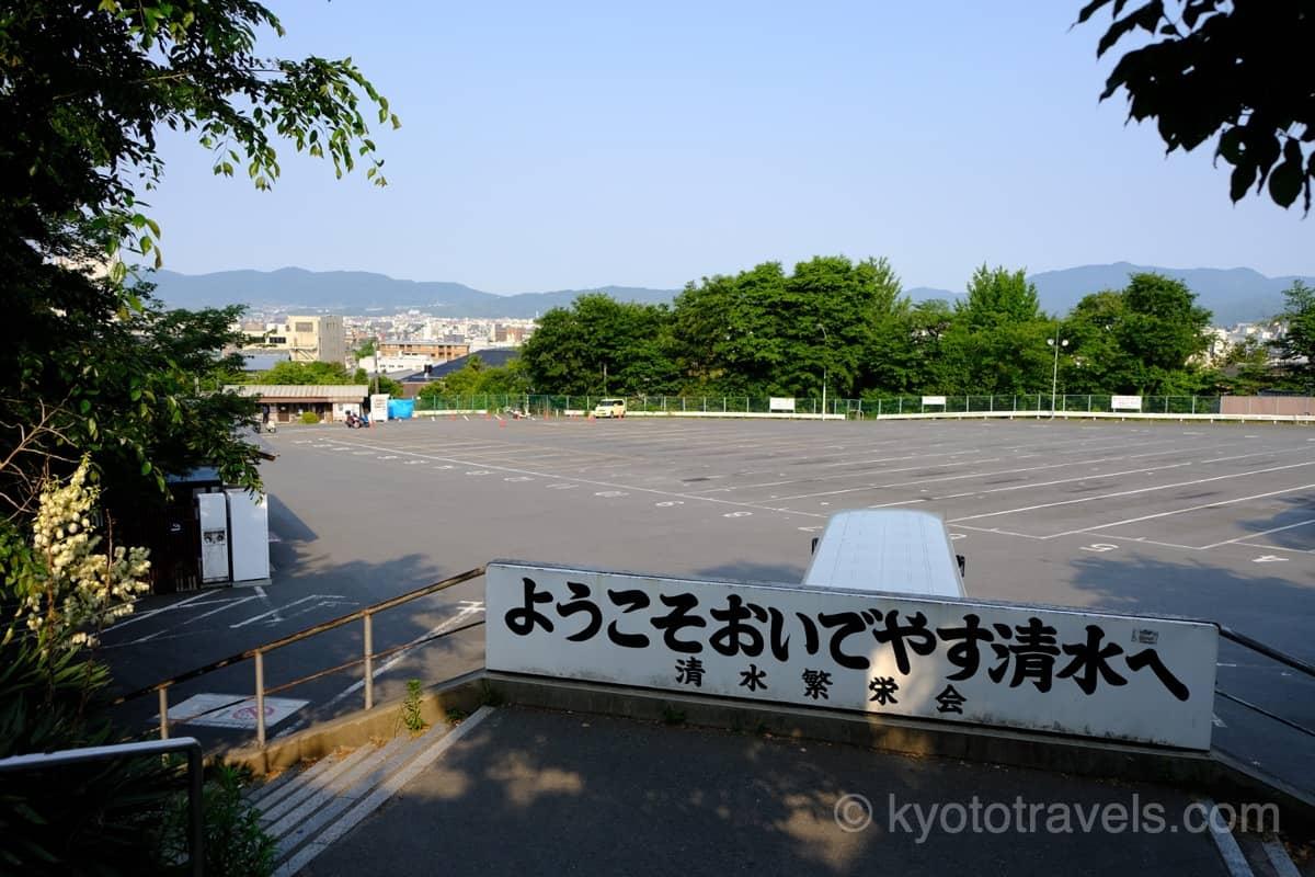 早朝の空いている清水寺近くの駐車場