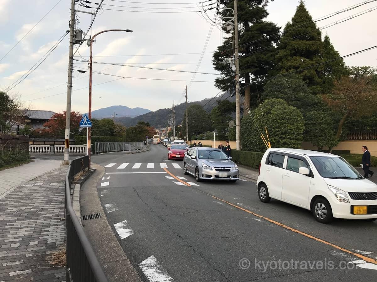 道路の片側車線が渋滞しています。