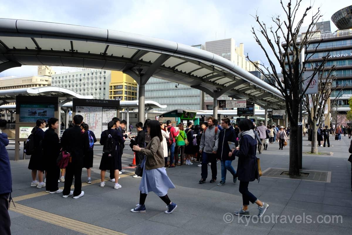 京都駅のバスターミナルに行列ができています