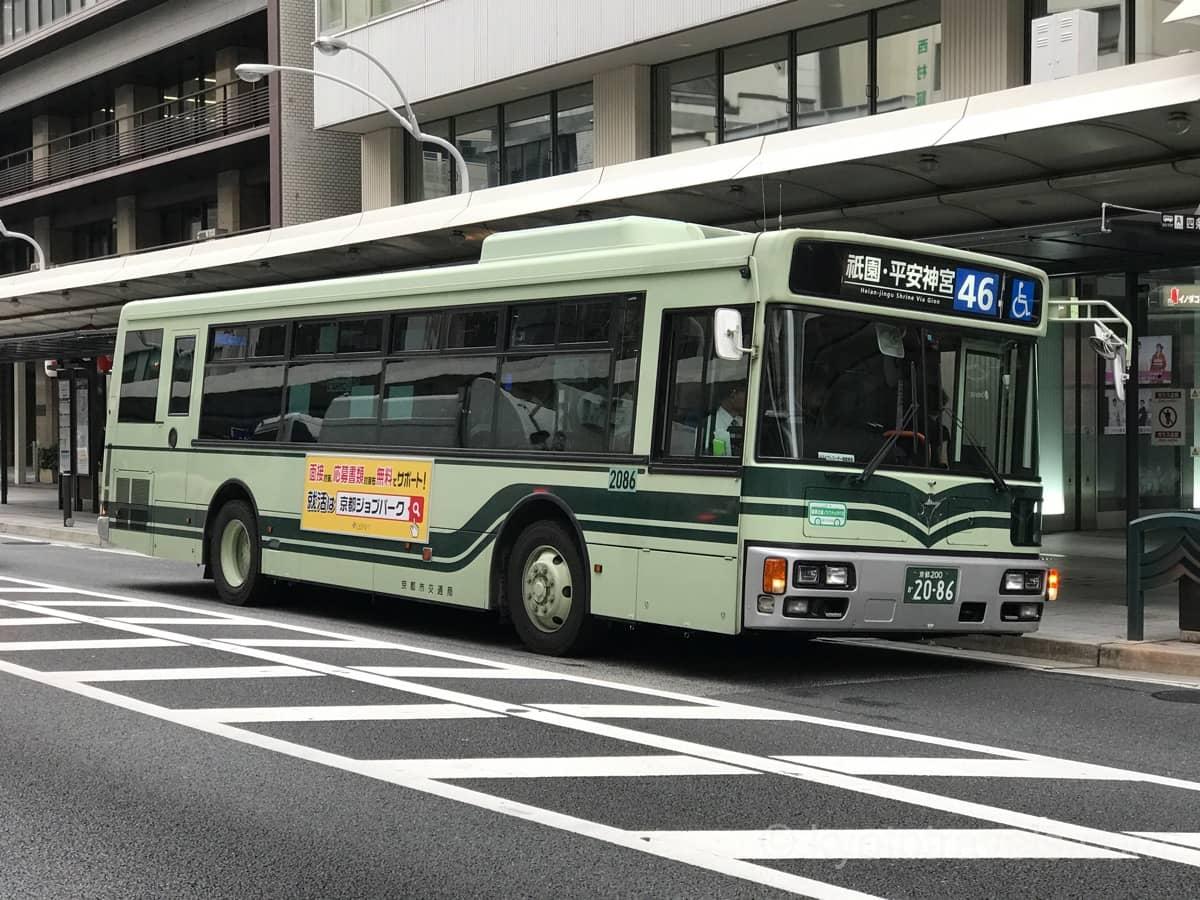四条通に停車している緑色の京都市バス