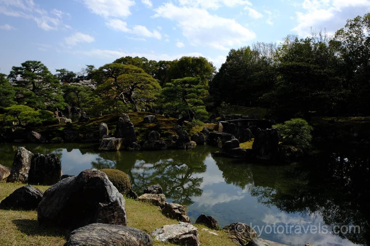 新緑の池泉回遊式庭園
